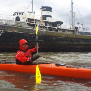 2_bautismo-de-kayak-en-ushuaia-tierra-del-fuego-escuela-instructor-profesor-aca-kayakushuaia-bahía-capacitacion-excursion-paseo-turismo