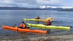 bautismo-de-kayak-en-ushuaia-tierra-del-fuego-escuela-instructor-profesor-aca-kayakushuaia-bahía-capacitacion-excursion-paseo-turismo
